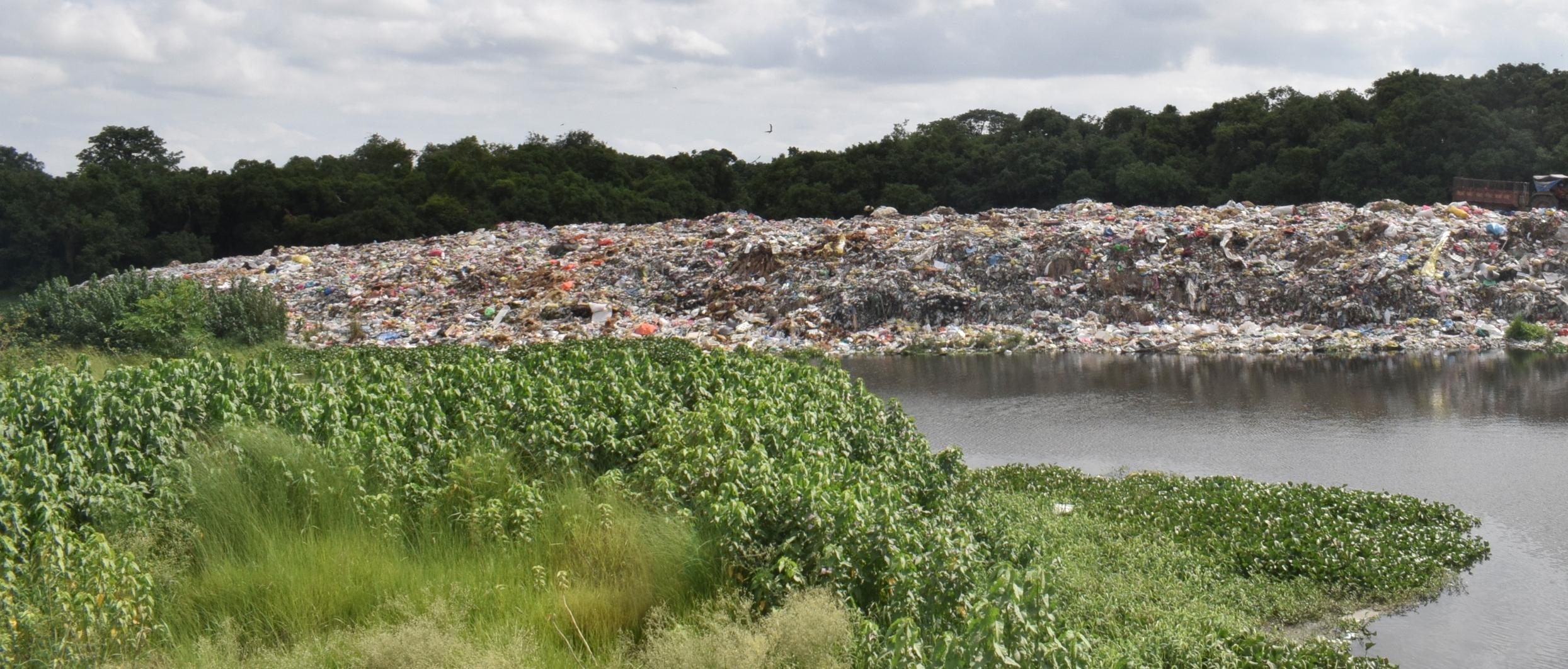 वातावरण प्रदूषणको बेवास्ता गर्दै नदी छेउमा फोहोर डम्प